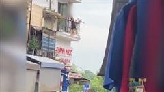Người phụ nữ mặc váy ngủ đứng đu ở ban công khiến hàng xóm thắc mắc: 'Không biết người ở đâu?'