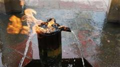 Chuyện lạ: Bí ẩn dòng suối châm lửa là bốc cháy