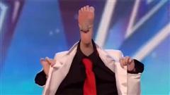 Đứng hình với màn biểu diễn bằng chân có một không hai
