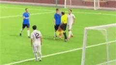 Trọng tài biên gây sốc khi vung tay đấm thẳng vào mặt cầu thủ trên sân