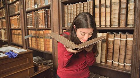 Tại sao các trang sách luôn có mùi rất hấp dẫn khiến chúng ta ngửi lấy ngửi để mỗi lần mua về