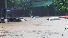 Mưa lớn, nước chảy cuồn cuộn, ngập sâu tới cả mét ở Hà Giang, clip và ảnh liên tục được chia sẻ