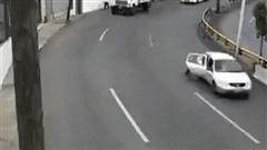 Thót tim bé trai ngã văng khỏi xe ô tô đang chạy tốc độ cao