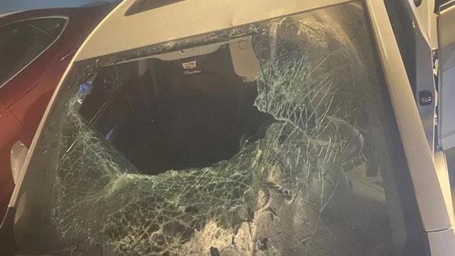 Cô gái điên cuồng đập 9 xe ô tô rồi bắt bạn trai bồi thường, phản ứng của người đàn ông sau đó khiến mọi thứ như 'một trò đùa'