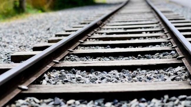 Tại sao người ta lại rải đá dọc theo đường ray xe lửa?