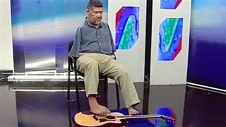 """Chơi guitar bằng chân và hát """"Let It Be"""""""