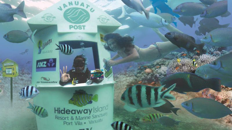 Chuyện lạ: Mặc bikini đi gửi thư ở bưu điện dưới đáy biển