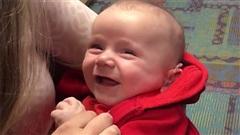 Nụ cười hạnh phúc của bé khiếm thính lần đầu tiên được nghe thấy tiếng mẹ của mình