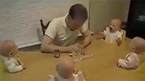 4 bé sinh tư cười ngặt nghẽo trước trò đùa của bố