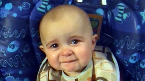 Bé 10 tháng tuổi rơi nước mắt nghe mẹ hát