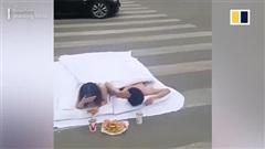 Nhức mắt nhìn đôi nam nữ chụp ảnh chăn gối trên phố đông người