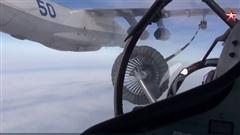 """Màn tiếp nhiên liệu trên không ngoạn mục cho hai """"chim sắt"""" Su-30SM và Su-24M của không quân Nga"""