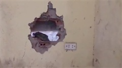 Đục tường thành công giải cứu bé sơ sinh bị bỏ rơi, mắc kẹt ở khe tường 2 nhà dân