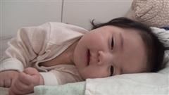 Bị đánh thức nhiều lần nhưng cô bé vẫn luôn cười cực đáng yêu