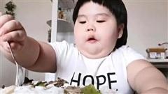 PHẪN NỘ: Bé gái 3 tuổi nặng 35kg vì bị ép ăn để bố mẹ kiếm tiền