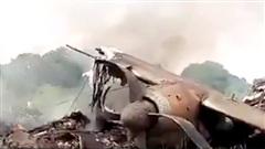 LẠ: Máy bay bốc cháy, người dân bất chấp nguy hiểm thi nhau nhặt tiền
