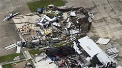 Siêu bão Laura tấn công Mỹ, thổi tung cả máy bay