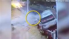 Kinh hoàng khoảnh khắc xe buýt mất lái lao lên vỉa hè, tài xế bị hất văng ra ngoài