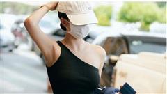 Ngọc Trinh làm 'náo loạn' sân bay với kiểu áo thách thức ánh nhìn