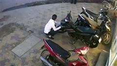 Nam thanh niên thản nhiên lấy trộm xe máy Exciter trước mặt bảo vệ