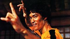 Đóng giả Lý Tiểu Long, võ sĩ Triệt Quyền Đạo đánh 'như trong phim' rồi xin thua sau 2 phút