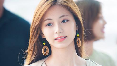 Hot lại khoảnh khắc nữ idol xinh đến mức khiến nhân viên sân bay 'rớt hàm' đúng nghĩa đen, hoá ra mỹ nhân đẹp nhất thế giới