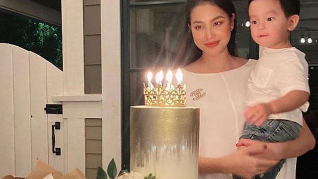Phạm Hương thổi nến mừng sinh nhật cùng quý tử ở trời Tây, nhẫn kim cương lấp ló nhìn mà ghen tỵ 'nổ mắt'