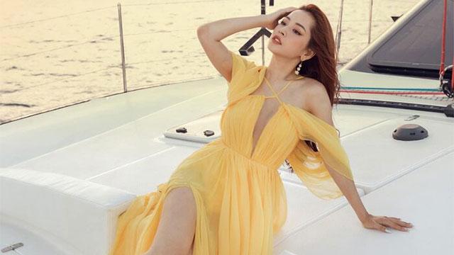 Chi Pu mặc đầm xẻ cao thả dáng trên du thuyền, đôi chân dài miên man đến choáng ngợp