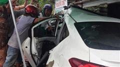CLIP: Hãi hùng xe 4 chỗ tông vào nhà dân khiến nhiều người nguy kịch
