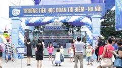 Hà Nội: Học sinh lớp 3 bị bỏ quên trên xe đưa rước, tự mở cửa xe để đi vào lớp