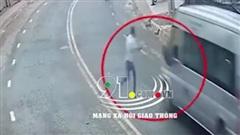 Thanh niên đột ngột băng qua đường, lao thẳng vào đầu xe khách