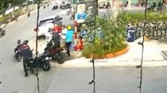 Thủ đoạn cướp xe tinh vi của 2 thanh niên tại ngã ba đông người