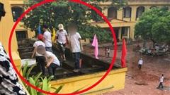 Trường tiểu học khiến phụ huynh bức xúc vì để học sinh dọn dẹp ở mái sảnh không có rào chắn đầy nguy hiểm, Phòng Giáo dục đã lên tiếng