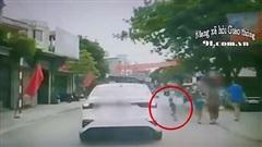 Đột ngột lao ra đường, bé trai khiến bà và mẹ 'đứng tim' khi chứng kiến