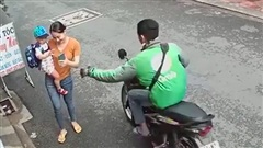 Hai mẹ con bị thanh niên mặc áo Grabbike giật điện thoại nhanh như chớp