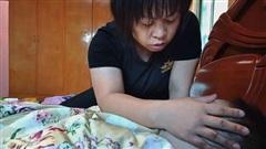 Đang trùm khăn liệm thì thấy ngón tay con gái cử động, mẹ vỡ òa hạnh phúc khi biết sự thật