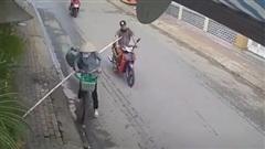 Bị 'đánh úp' bất ngờ, nam thanh niên ngã sõng soài giữa đường