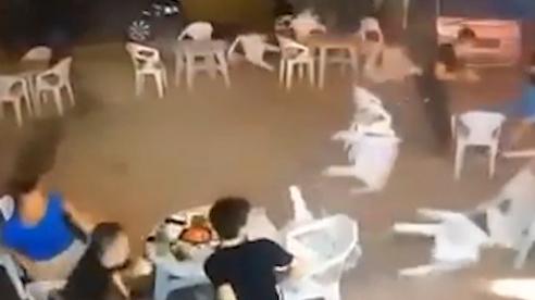 Ô tô lao vào quán với tốc độ 'xé gió', người bị đâm bay ra khỏi màn hình camera