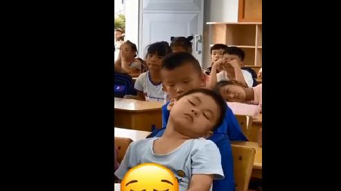 Dân mạng cười ngất lên ngất xuống với cậu bé lầy lội nhất năm: Anh em cứ việc học, mình xin phép ngủ gật một tí cho đỡ mệt!
