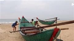 Ngư dân gấp rút đưa tàu thuyền lên bờ tránh bão số 5