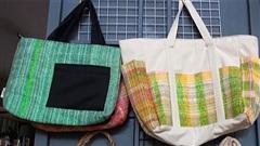 Ngỡ ngàng với túi xách đan bằng rác ni-lông