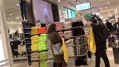 Hành động kỳ quặc tại trung tâm mua sắm