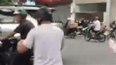 Clip: 2 người đàn ông bỏ xe máy lẫn ô tô, đứng 'boxing' giữa ngã tư phố Hà Nội