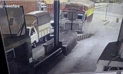 Xe tải mất lái, đâm nhiều phương tiện ở trạm thu phí