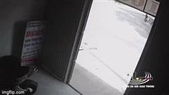 """Đi xe """"lao như tên lửa"""", hai thanh niên phi thẳng vào đầu xe tải"""