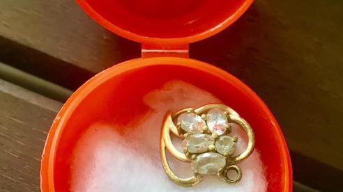 Mẹ bán hết trang sức chỉ giữ lại quà 2 chị em tặng khiến con gái xúc động, sự thật khiến tất cả không thể nhịn cười