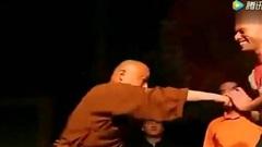 Sư thúc của Yi Long thi triển tuyệt kỹ Thiếu Lâm, đứng cho đối thủ đá vào hạ bộ