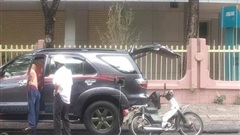 Cụ già nặng nhọc dắt bộ chiếc xe dọc đường và hành động không ngờ từ 2 người đàn ông xa lạ