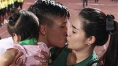 Hot: Bùi Tiến Dũng hôn vợ say đắm ngay trên sân vận động trước hàng nghìn khán giả