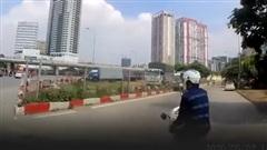 Cú 'đánh lạc hướng' của người đàn ông lái xe máy khiến tài xế ô tô 'bó tay'